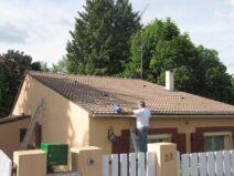 Couvreur à Montgeron 91230 artisan couvreur entrain de nettoyer une toiture
