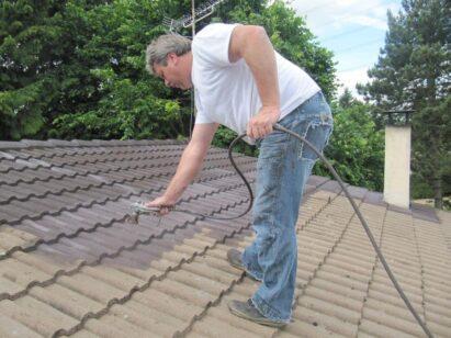 Couvreur à Montgeron 91230 artisan couvreur entrain de peindre une toiture couvreur 91