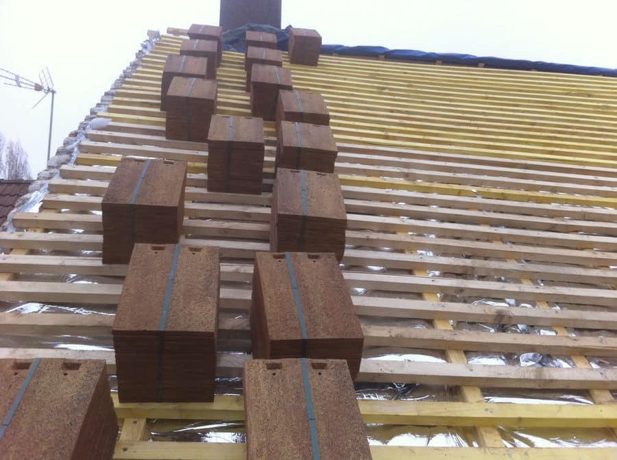 Couvreur à Montgeron 91230 toiture en cours de réparation dans l'essonne tuiles sur une toiture en vue de leur pose sur la toiture